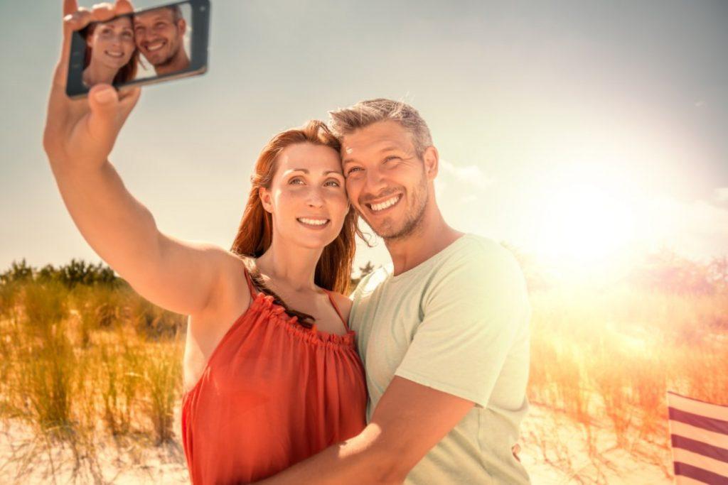 Paar am Strand macht ein Selfie